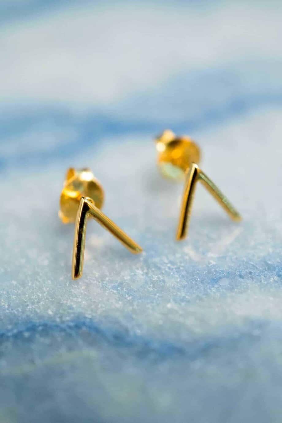 Gouden oorbellen 'V' studs van Goud Vermeil