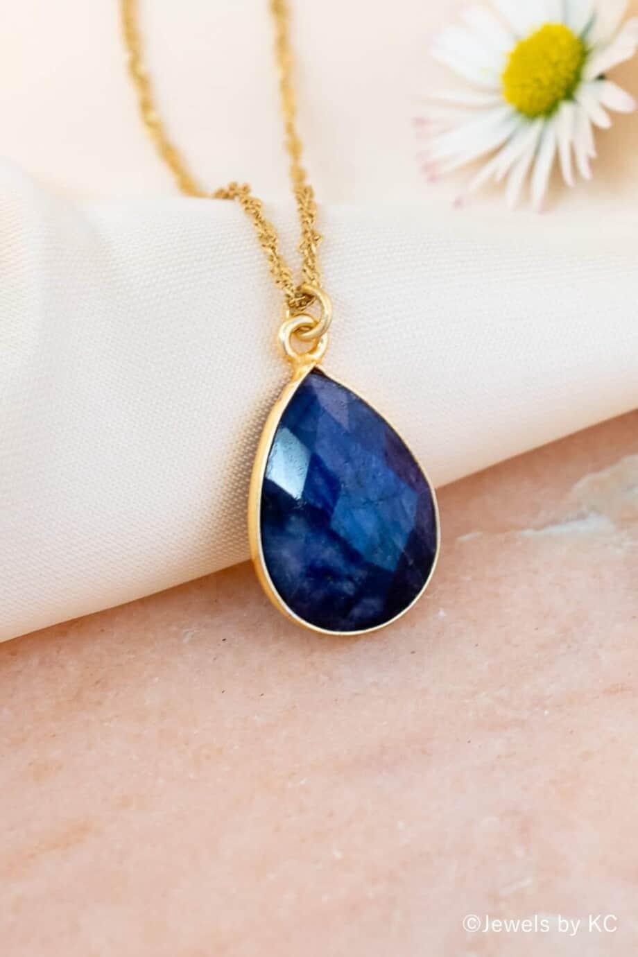 Handgemaakte Gouden Ketting met blauwe edelsteen hanger 'Blauwe saffier' van Goud op Zilver. Handgemaakte edelsteen sieraden van Jewels by KC.