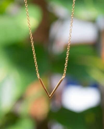 Gouden ketting met hanger 'V necklace' van Goud op Zilver