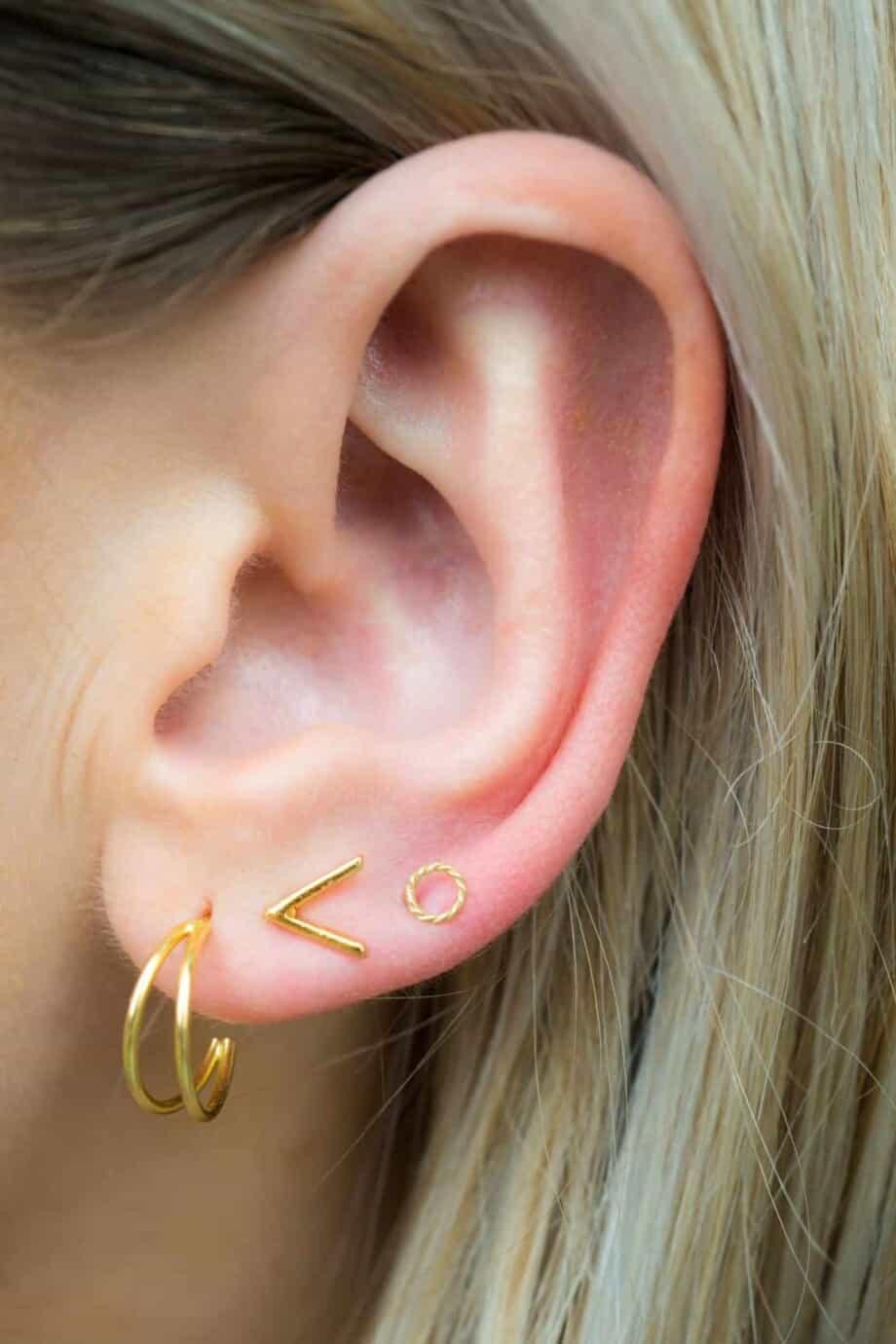 Gouden stud oorbellen mini twisted circle van Goud op Zilver