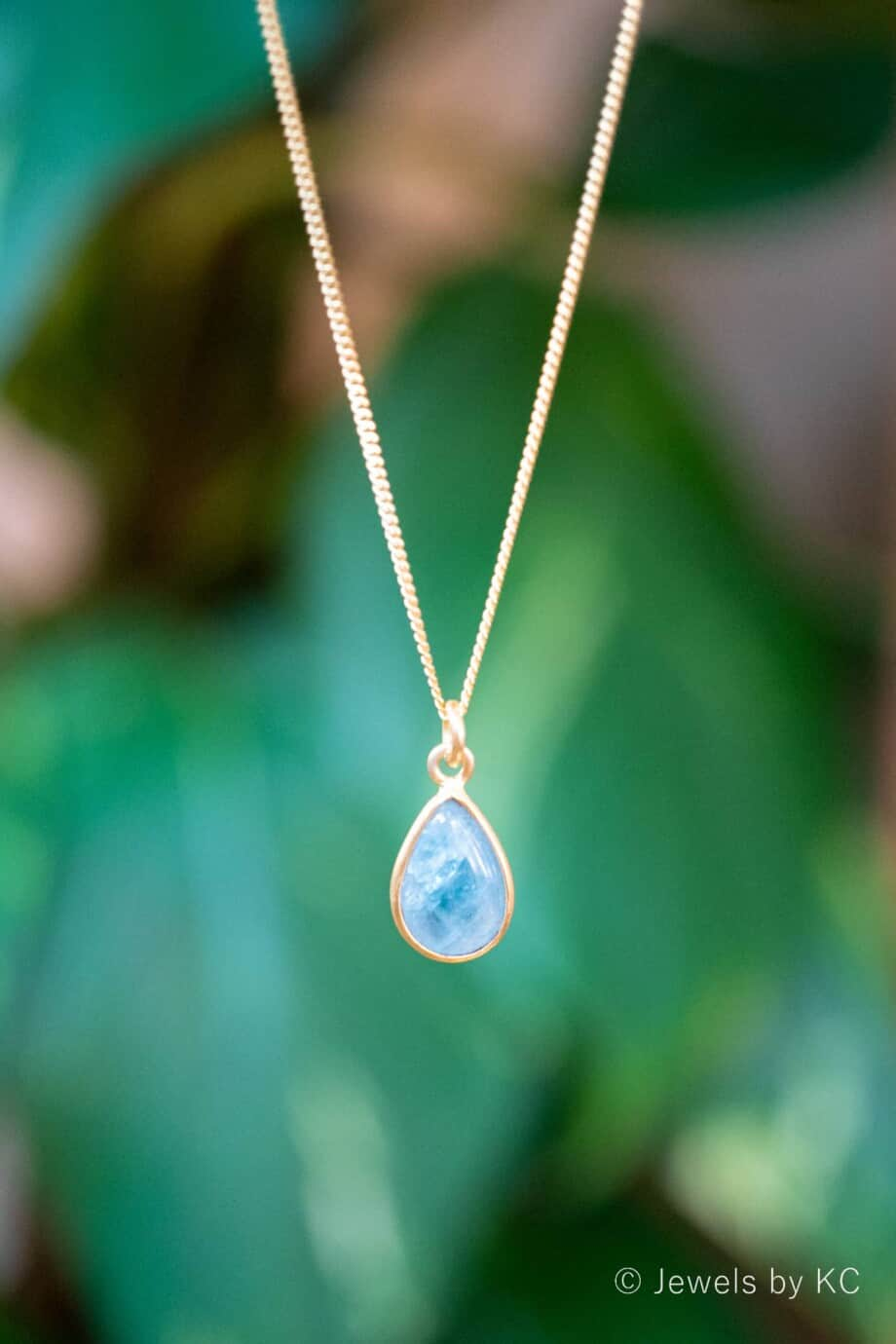 Gouden edelsteen ketting met licht-blauwe Aquamarijn, van Goud op Zilver,