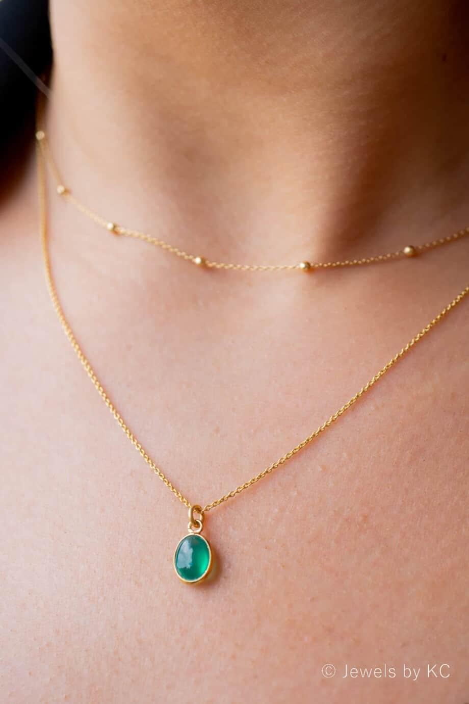 Gouden edelsteen ketting met groene Onyx van Goud op Zilver. Handgemaakte edelsteen sieraden van Jewels by KC.