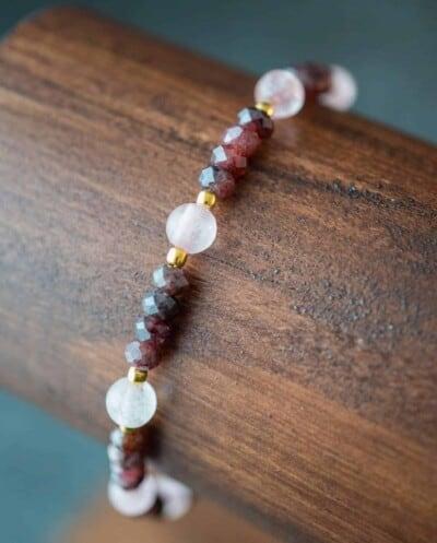 Gouden edelstenen armband Granaat en Rozenkwarts kralen van Goud op Zilver