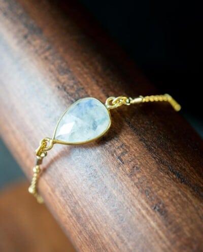 Gouden edelsteen armband met witte 'Rainbow Moonstone' 'Maansteen'