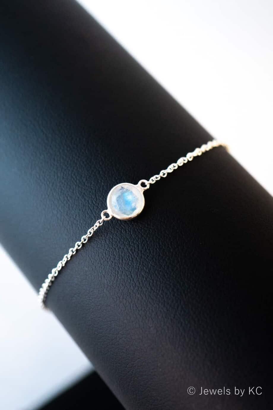 Zilveren edelsteen armband met Wit-blauwe Rainbow Moonstone van Sterling Zilver