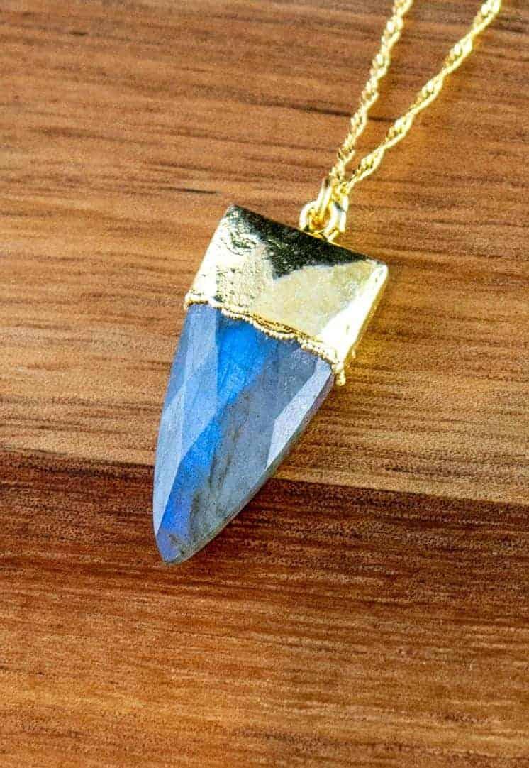 Gouden-ketting-met-edelsteen-hanger-blauwe-Labradoriet-edelsteen-dolk-Goud-op-Zilver