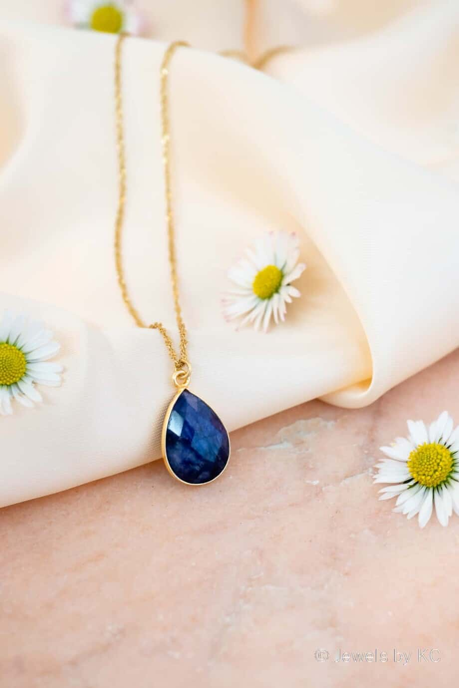 Gouden Ketting met blauwe edelsteen hanger 'Blauwe saffier' van Goud op Zilver. Handgemaakte edelsteen sieraden van Jewels by KC.