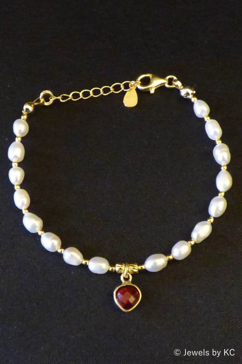 Gouden armband met Zoetwater parels met rode Granaat edelsteen van Goud op Zilver
