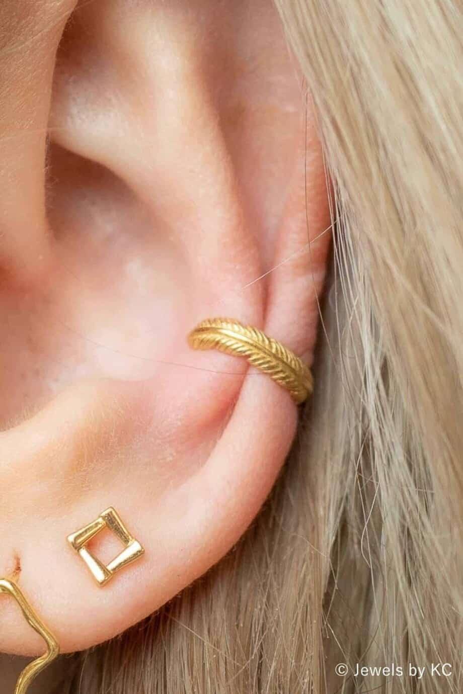 Gouden ear cuff 'Long feather' van Goud op Zilver