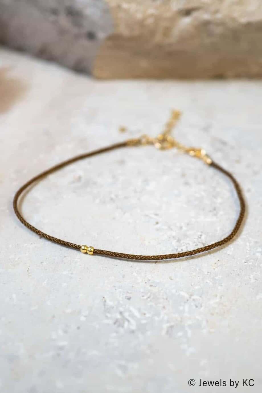 Dun bruin koord armbandje Marron met Gouden kraaltjes Goud op Zilver
