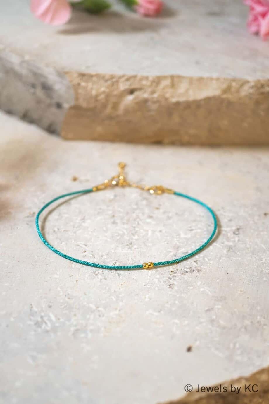 Dun turquoise koord armbandje Turquesa met Gouden kraaltjes Goud op Zilver